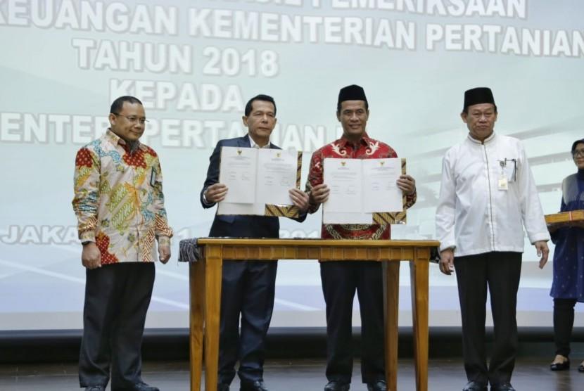 Menteri Pertanian Amran Sulaiman berjabat tangan dengan Anggota BPK Rizal Jalil 2