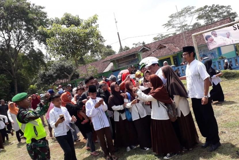 Menteri Pertanian Amran Sulaiman bersama santri saat mengunjungi pondok pesantren.