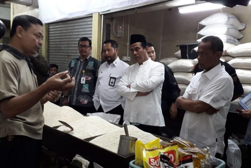 Menteri Pertanian Amran Sulaiman dan Direktur Utama Bulog Budi Waseso melakukan kunjungan ke pasar tradisional di Jakarta.