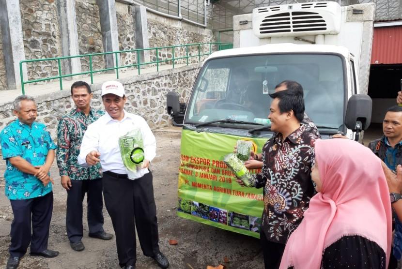 Menteri Pertanian Amran Sulaiman melepas ekspor sayuran daun dari Lembang, Kabupaten Bandung Barat ke Singapura dan Brunei Darussalam, Kamis (3/1).