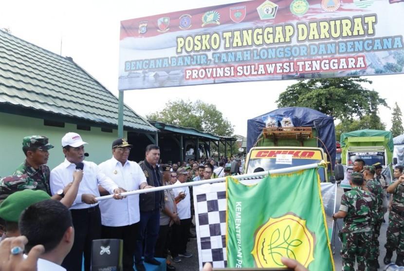 Menteri pertanian Amran Sulaiman melepas pengiriman bantuan untuk korban banjir di Sulawesi Tenggara