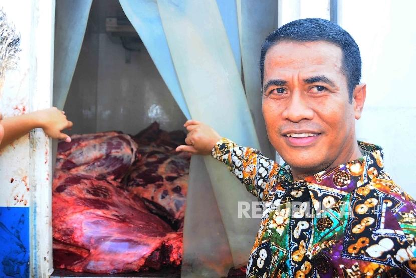 Menteri Pertanian, Amran Sulaiman memeriksa daging sapi saat pembukaan Toko Tani Indonesia (TTI) di kawasan Pasar Minggu, Jakarta, Rabu (15/6).  (Republika/ Agung Supriyanto)