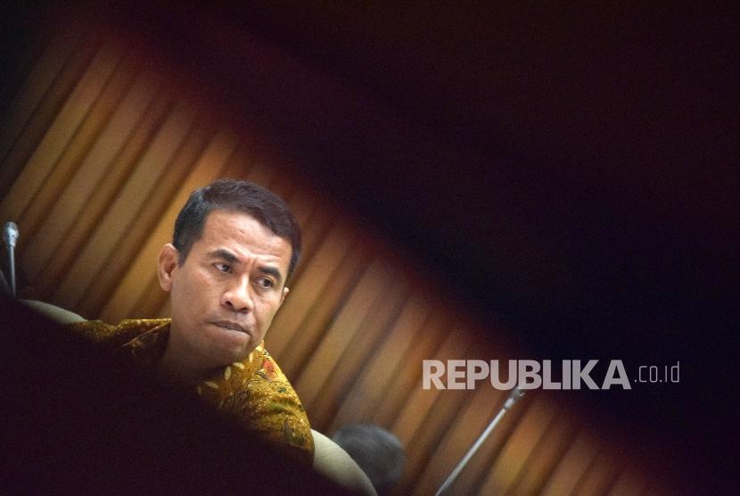 Menteri Pertanian Amran Sulaiman mengikuti Rapat Kerja (Raker) dengan Komisi IV DPR di Kompleks Parlemen, Senayan, Jakarta, Kamis (14/4). (Republika/Rakhmawaty La'lang)