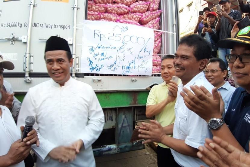 Menteri Pertanian Amran Sulaiman menunjukkan bawang putih yang akan diedarkan ke pasar