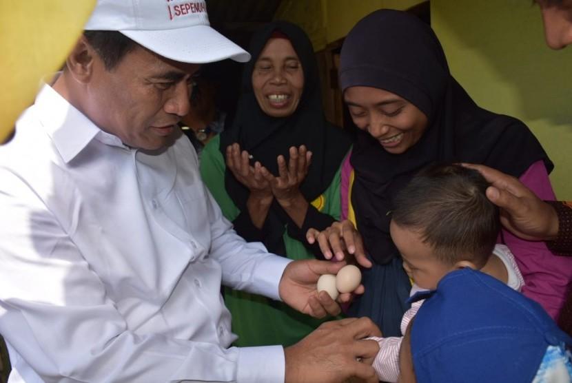 menteri Pertanian Amran Sulaiman saat melakukan kunjungan kerja ke Desa Kiarajangkung Kecamatan Sukahening Kabupaten Tasikmalaya, Jawa Barat.