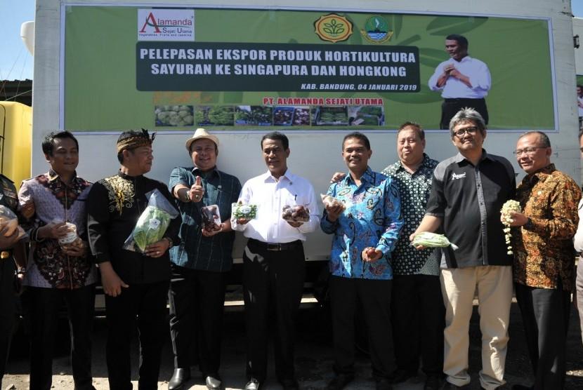 Menteri Pertanian Amran Sulaiman saat melepas beberapa komoditas holtikultura termasuk sayuran dan manggis ke China,  Singapura dan Hongkong dari gudang milik PT Alamanda Sejati Utama, Banjaran, Kabupaten Bandung, Jawa Barat.