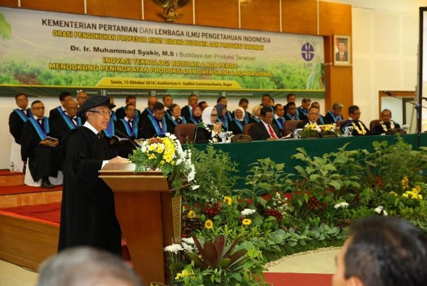 Menteri Pertanian Amran Sulaiman saat memberikan sambutan pada pengukuhan Muhammad Syakir Kepala Balitbangtan sebagai Profesor Riset Kementerian Pertanian ke-132, di Auditorium Sadikin Sumintawikarta, Kampus Penelitian Pertanian, Bogor, Senin (15/10)