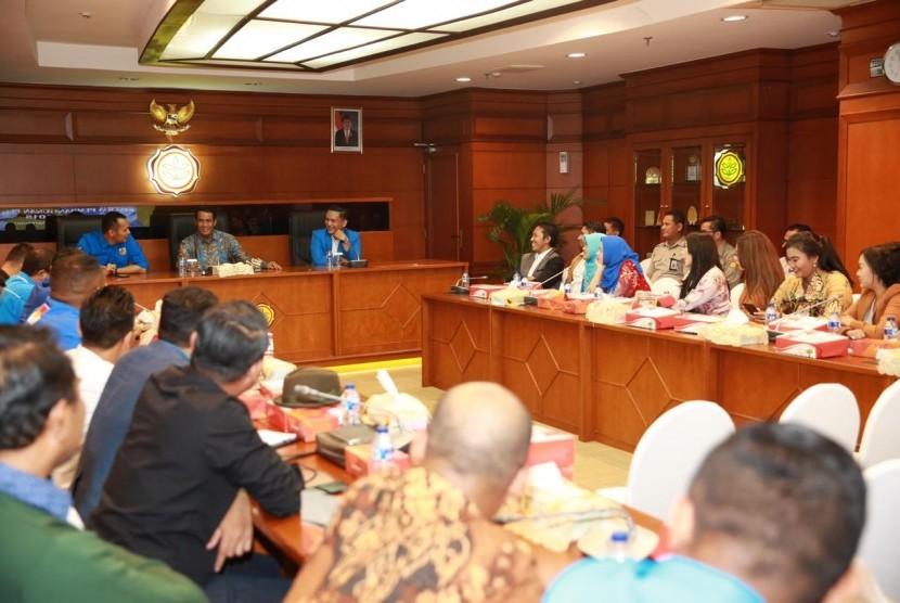 Menteri Pertanian Amran Sulaiman saat menerima kunjungan Jajaran pengurus pusat dan daerah Komite Nasional Pemuda Indonesia (KNPI) di ruang kerja Menteri Pertanian, Jakarta, Senin (4/2).