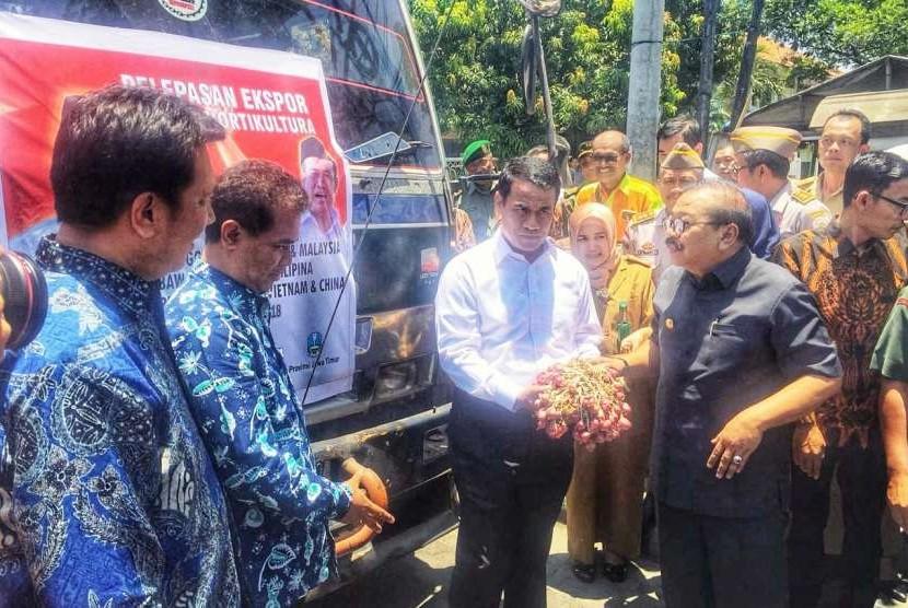 Menteri Pertanian Amran Sulaiman saat pelepasan ekspor komoditas hortikultura di Kantor Dinas Pertanian Provinsi Jawa Timur, Surabaya, Senin (8/10).