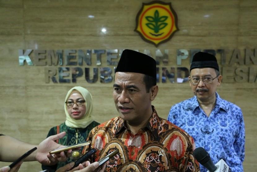 Menteri Pertanian Amran Sulaiman usai memimpin Rapat Pimpinan dengan jajaran pejabat lingkup Kementerian Pertanian (Kementan) di Kantor Pusat Kementan, Jakarta, Selasa (6/11)