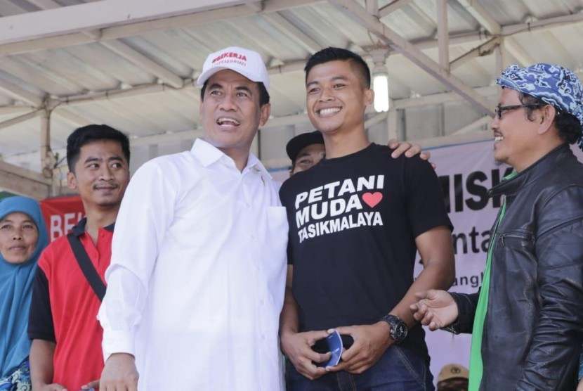 Menteri Pertanian Andi Amran Sulaiman berfoto bersama seorang petani muda dari Tasikmalaya Jawa Barat