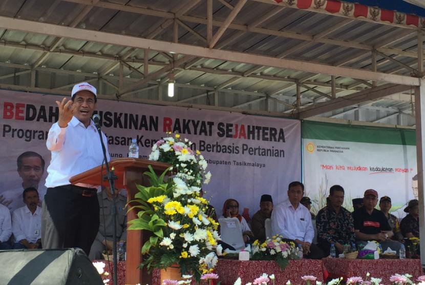 Menteri Pertanian, Andi Amran Sulaiman memberikan sambutan saat  pemberian bantuan di Desa Kiarajangkung, Kecamatan Sukahening, Kabupaten  Tasikmalaya, Jawa Barat pada Jumat (11/1).