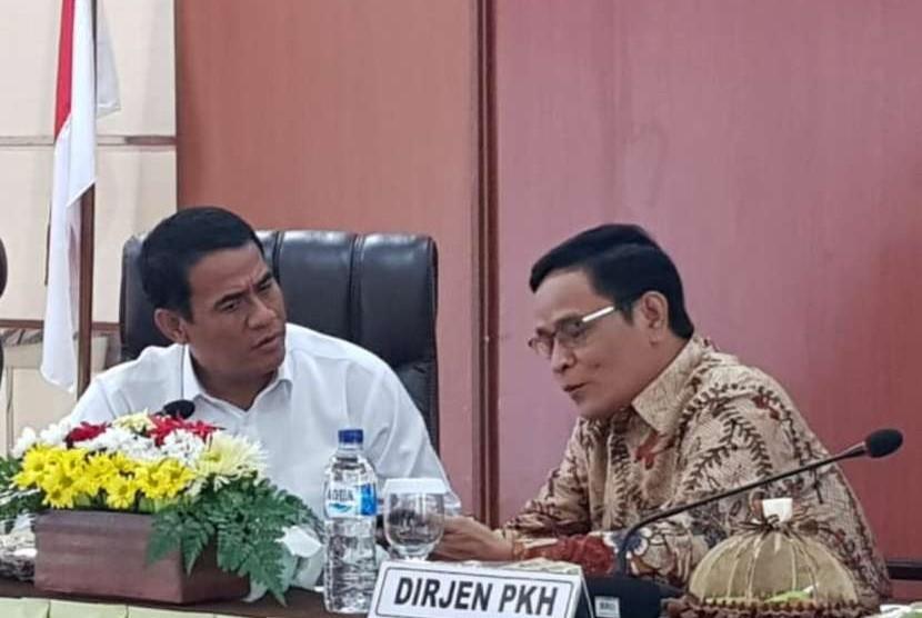 Menteri Pertanian Andi Amran Sulaiman memimpin Rapat Koordinasi Persiapan Kontes Ternak dan Panen Pedet 2018, di Ruang Rapat Dinas Peternakan Provinsi Jawa Timur, Senin (8/10)