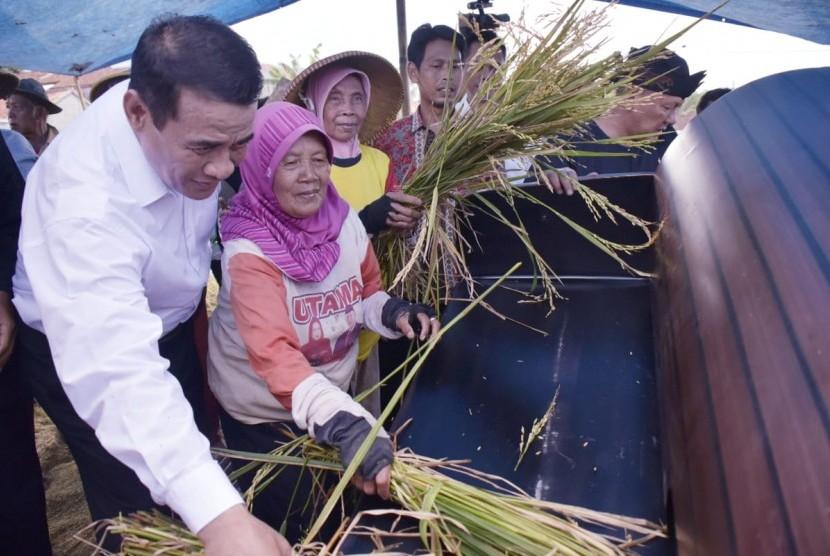 Menteri Pertanian Andi Amran Sulaiman saat berada di Kuningan, Jawa Barat, Kamis (28/3).
