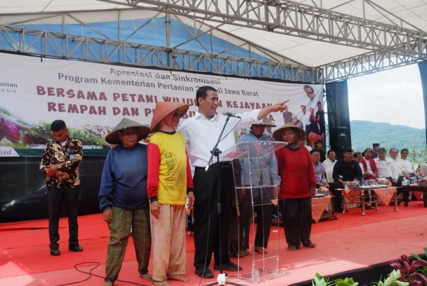 Menteri Pertanian Andi Amran Sulaiman saat memberikan bantuan ke petani di Kabupaten Kuningan, Jawa Barat, Kamis (28/3).