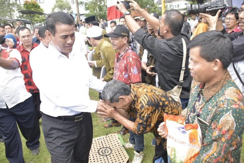 Menteri Pertanian Andi Amran Sulaiman saat memberikan bantuan pertanian dalam Pertemuan Apresiasi dan Sinkronisasi Program Kementan 2019 di Jawa Barat yang dihelat di Kantor Bupati Sumedang, Rabu (27/3).