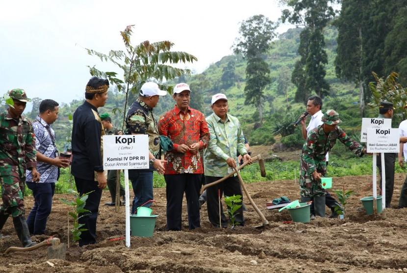 Menteri Pertanian Andi Amran Sulaiman tanam benih kopi di DAS Sungai Citarum di Desa Tarumajaya, Kecamatan Kertasari, Kabupaten Bandung, Jawa Barat.