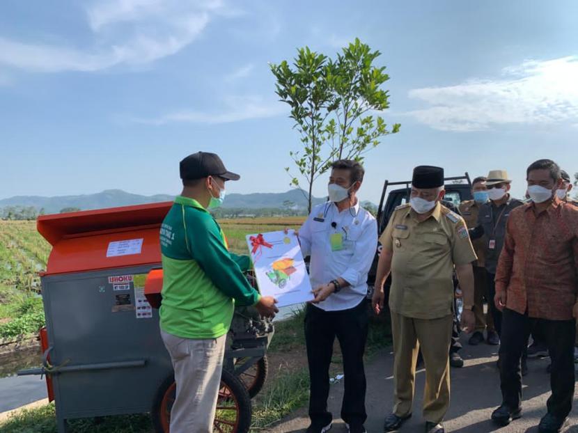 Menteri Pertanian (Mentan) RI Syahrul Yasin Limpo menyerahkan bantuan alat mesin pertanian (alsintan) kepada para petani di Desa Kanigoro, Pagelaran, Kabupaten Malang, Selasa (18/5).