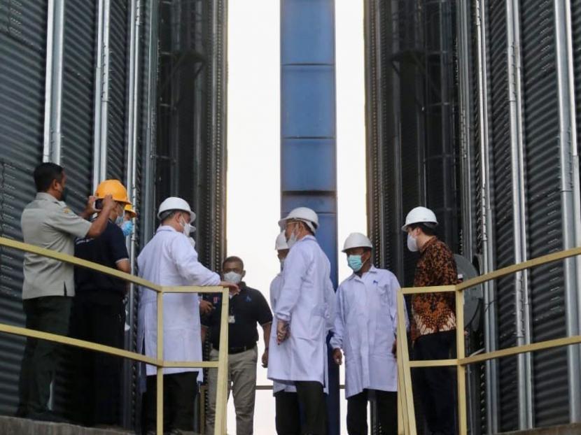 Menteri Pertanian Syahrul Yasin Limpo mengunjungi dua pabrik pakan ternak yang ada di Banten, Senin, 27 September 2021. Dua pabrik pakan itu adalah PT. Japfa Comfeed dan PT. Charoen Pokphand (CP) Indonesia. Di sana, Mentan yang didampingi jajarannya memastikan dua perusahaan pakan  tersebut menyerap  jagung dari petani dan stoknya tercukupi.