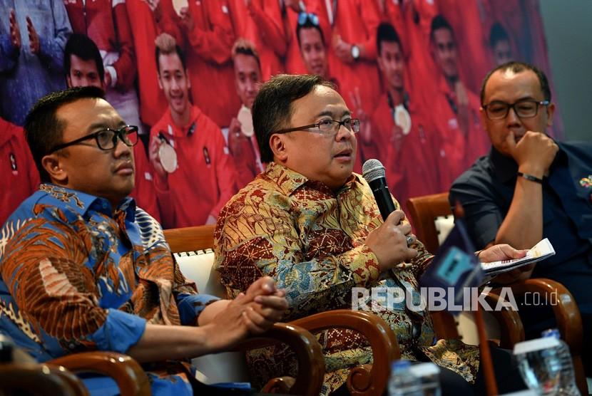 Menteri PPN/Kepala Bappenas Bambang Brodjonegoro (tengah), Menpora Imam Nahrawi (kiri) dan Wakil Sekjen INASGOC Dendi T Danianto menjadi narasumber dalam Forum Merdeka Barat 9 di Kementerian PPN/Bappenas, Jakarta, Selasa (16/10)