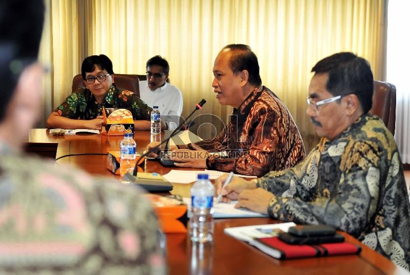 Menteri Riset, Teknologi, dan Pendidikan Tinggi (Menristek Dikti) Mohamad Nasir (kiri) didampingi Deputi Sumberdaya Iptek Muhammad Dimyati (kanan) saat kick-Off Hari Kebangkitan Teknologi Nasional (Hakteknas 20) di gedung BPPT, Jakarta, Kamis (26/3).