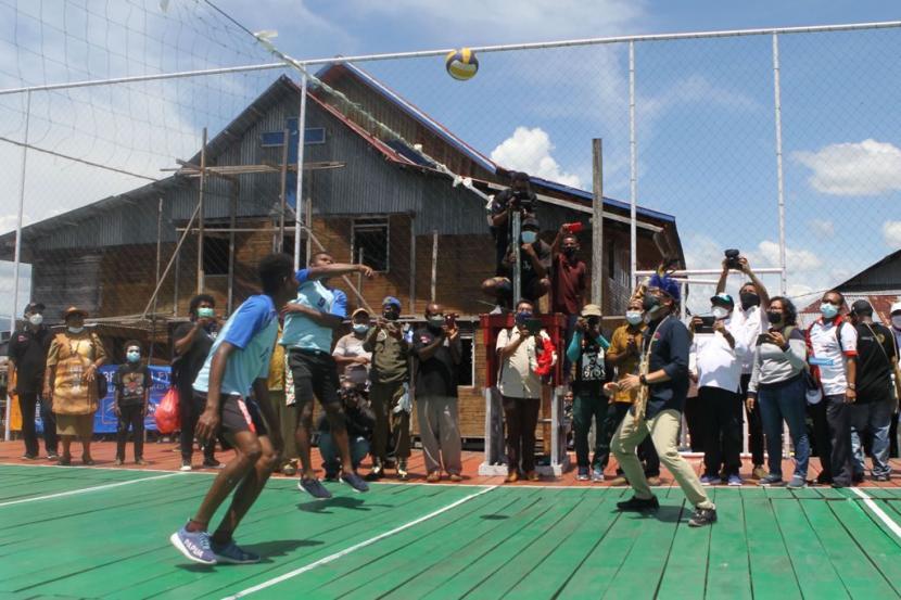 Menteri Sandiaga Uno bermain bola voli bersama para pemuda Kampung Yoboi,, Sentani, Papua.