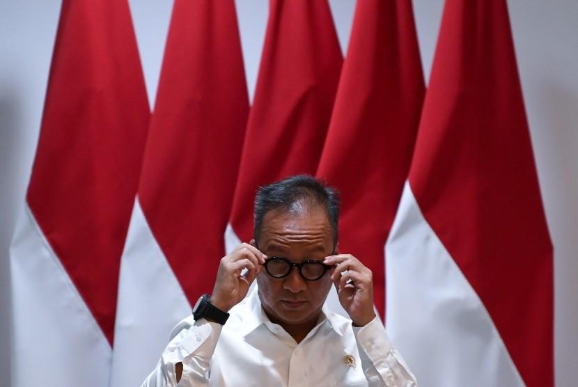 Menteri Sosial Agus Gumiwang Kartasasmita bersiap mengikuti rapat kabinet terbatas di Kantor Presiden Jakarta, Senin (15/7/2019).