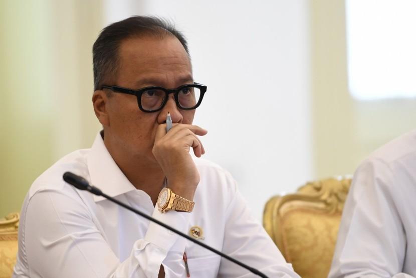 Menteri Sosial Agus Gumiwang Kartasasmita mengikuti rapat terbatas di Istana Bogor, Jawa Barat, Jumat (2/11/2018).