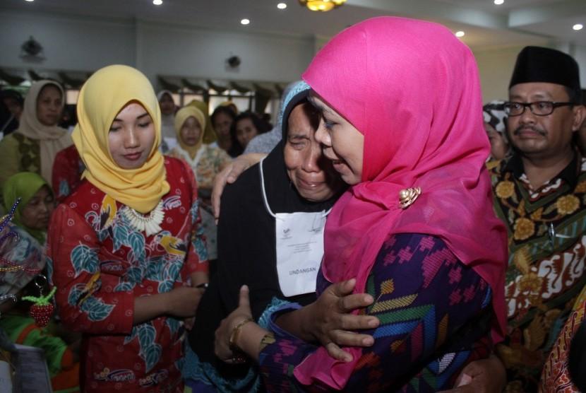 Menteri Sosial Khofifah Indar Parawansa (kanan) memeluk ibu ketika menyerahkan bantuan sosial bagi ratusan keluarga penerima manfaat (PKM) di Kota Pasuruan, Jawa Timur, beberapa waktu lalu.