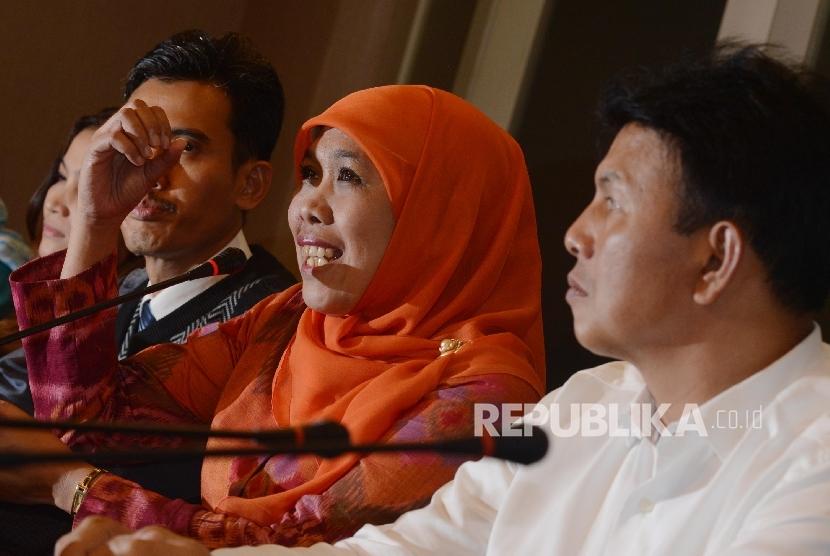 Menteri Sosial Khofifah Indar Parawansa (tengah) bersama Kepala Bareskrim Irjen Ari Dono (kanan) dan Ketua Komisi Perlindungan Anak Indonesia (KPAI) Asrorun Ni'am Sholeh (kiri) memberikan keterangan kepada awak media saat menggelar konferensi pers