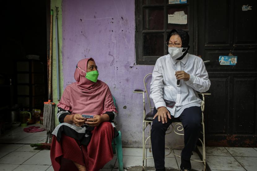 Menteri Sosial Tri Rismaharini (kanan) berbincang dengan warga saat sidak di Karang Tengah, Kota Tangerang, Banten.