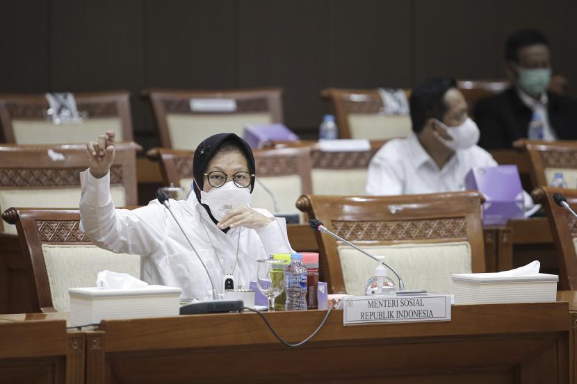 Menteri Sosial Tri Rismaharini (kiri) mengikuti rapat kerja dengan Komisi VIII DPR di Kompleks Parlemen, Senayan, Jakarta, Rabu (25/8). Komisi VIII DPR RI menyetujui anggaran 2022 Kementerian Sosial (Kemensos) sebesar Rp 78,2 triliun.