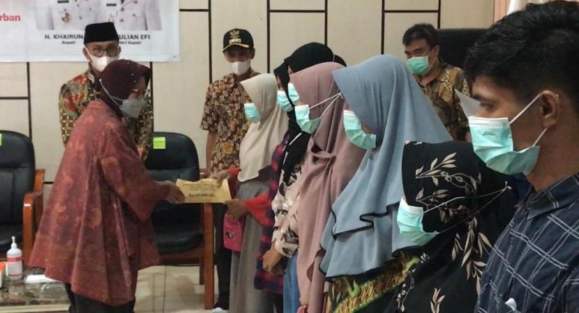 Menteri Sosial Tri Rismaharini memberikan santunan untuk korban kecelakaan tambang ilegal di Kabupaten Solok Selatan, Sumatra Barat, Rabu (12/5)
