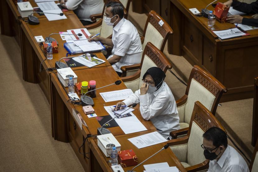 Menteri Sosial Tri Rismaharini (tengah) mengikuti rapat kerja dengan Komisi VIII DPR di Kompleks Parlemen, Senayan, Jakarta, Senin (17/5/2021). Rapat kerja tersebut membahas pengaturan kelembagaan dan anggaran dalam DIM RUU PB.