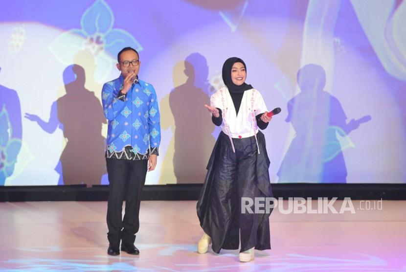Menteri Tenaga Kerja Hanif Dakhiri berduet dengan vokalis band Kotak Tantri saat malam anugerah Tokoh Perubahan Republika 2018 di Jakarta, Rabu (24/4) malam.