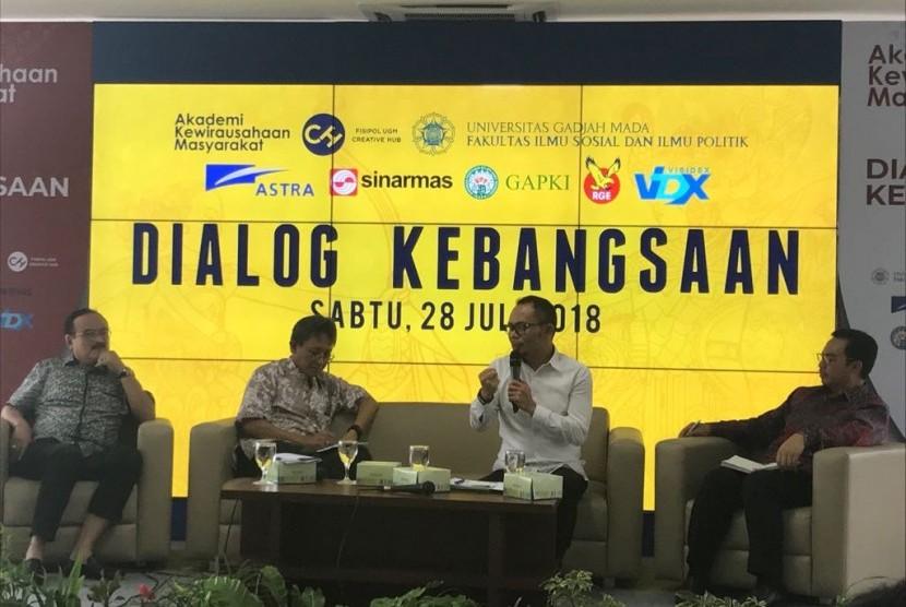 """Menteri Tenaga Kerja Hanif Dhakiri (kedua dari kiri) berbicara dalam acara Dialog Kebangsaan bertema """"Peran Sociopreneur dalam Mewujudkan Ketahanan Nasional"""" di Gedung Fisipol Universitas Gadjah Mada (UGM), Yogyakarta, Sabtu (28/7)."""