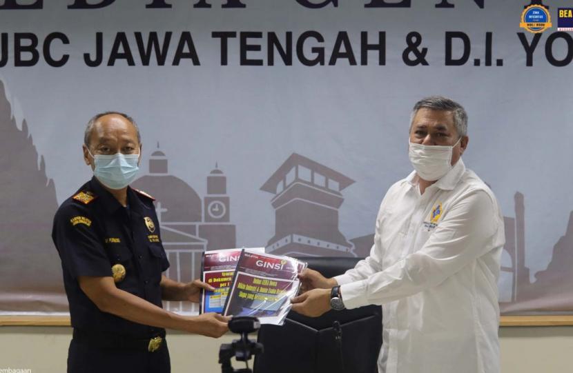 Menunjang fungsi pengawasan dan pelayanan dalam upaya mendorong kemajuan ekonomi nasional, Bea Cukai terus meningkatkan sinergi positif dengan berbagai pihak. Kali ini sinergi dilakukan antara lain oleh Bea Cukai Jateng DIY, Bea Cukai Ambon, Bea Cukai Kediri dan Bea Cukai Sulawesi Bagian Selatan (Sulbagsel).