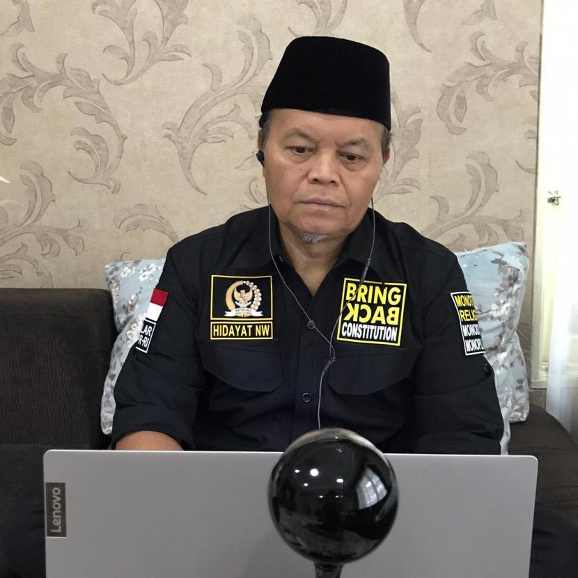 Menurut  Wakil Ketua MPR-RI Dr. H. M. Hidayat Nur Wahid MA, berdamai dengan Covid-19, itu mestinya dibarengi dengan kebijakan perintah kepada Kemenristek,  Kemenkes serta lembaga-lembaga lain,  melakukan koordinasi serta kerjasama agar segera menemukan vaksin Covid-19. Karena itu pemerintah harus mendukung riset di Kemenristek, dengan anggaran yang memadai. Tidak malah memotongnya.