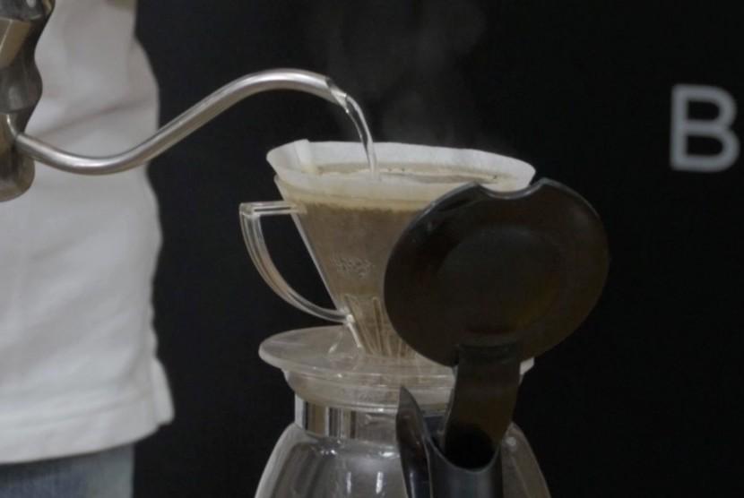 Menyeduh kopi (ilustrasi)