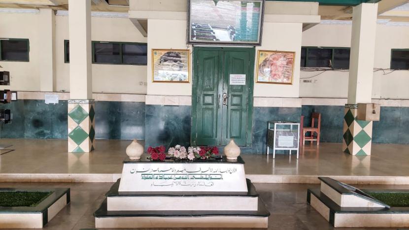 Menziarahi makam KH Noer Ali, di Pondok Pesantren Attaqwa Putri, Kampung Ujung Harapan, Kelurahan Bahagia, Kecamatan Babelan, Kabupaten Bekasi. Sabtu (17/4).