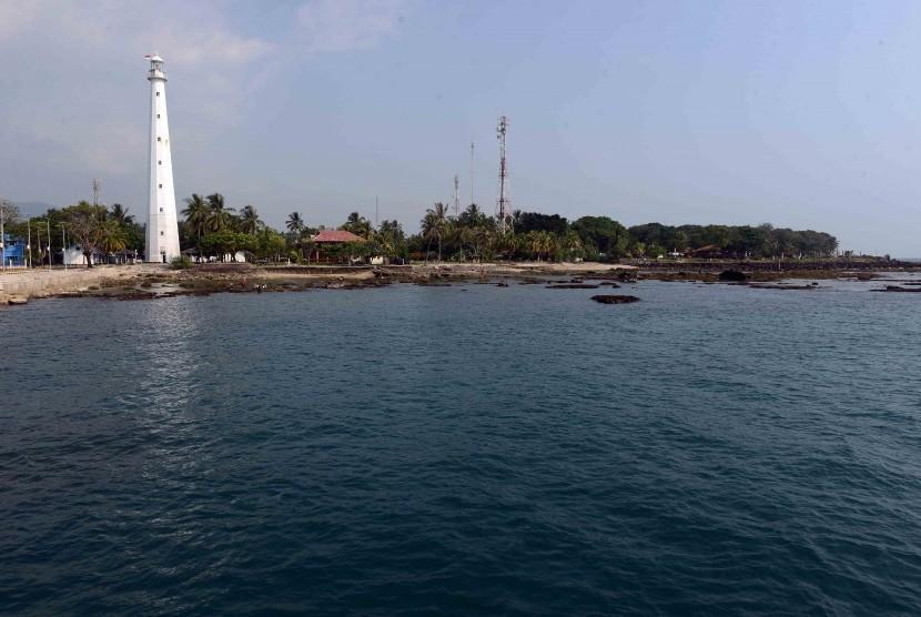 Mercusuar tampak di Pantai Anyer, Banten.