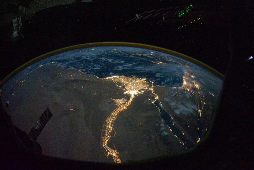 Mesir: Sungai Nil dari Lembah Raja-raja (Dasar) hingga ke Kairo dan Alexandria. Titik-titik cahaya bagian kanan memperlihan Gaza, Israel, Suriah dan Joran di potongan barat Mediteran