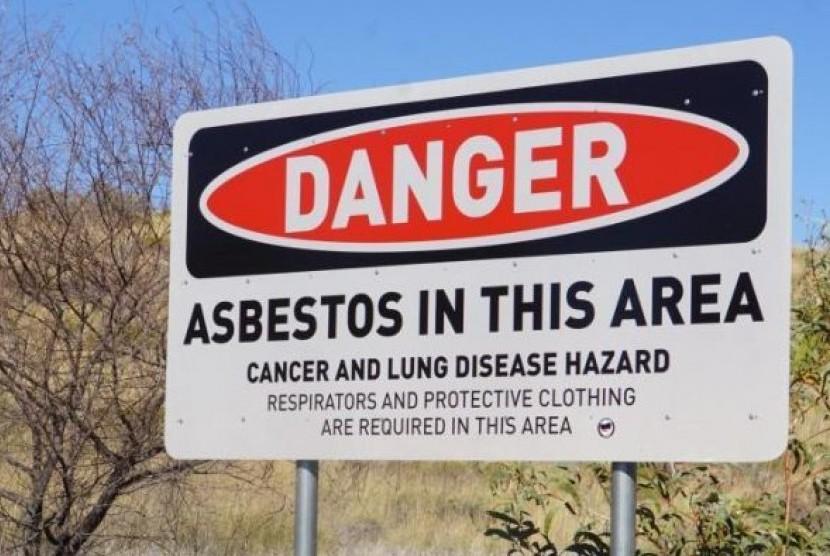 Meski sudah ada papa peringatan bahaya Asbestos di seluruh Kota Wittenoom, pelancong yang penasaran masih tetap berkunjung ke kota ini.