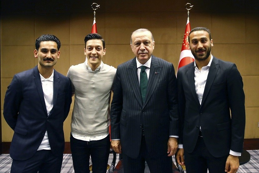 Mesut Oezil dan Ilkay Guendogan bertemu dengan Presiden Turki Recep Tayyip Erdogan.