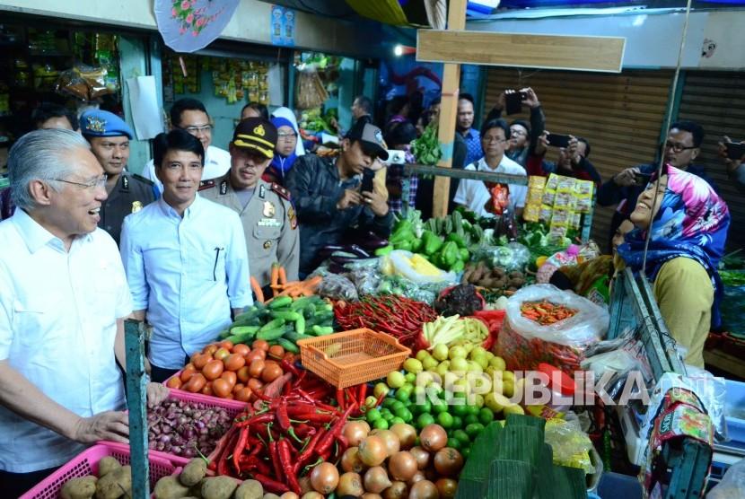 Meteri Perdagangan Enggartiasto Lukita berdialog dengan pedagang pasar saat berkunjung ke Pasar Cihapit, Kota Bandung, Rabu (28/6).