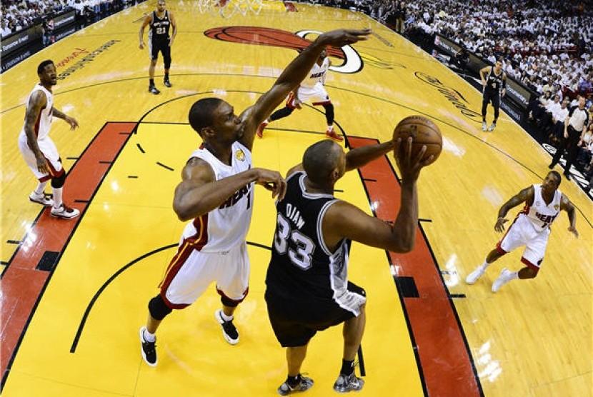 Miami Heat (putih) menghadapi San Antonio Spurs di laga final NBA 2013.
