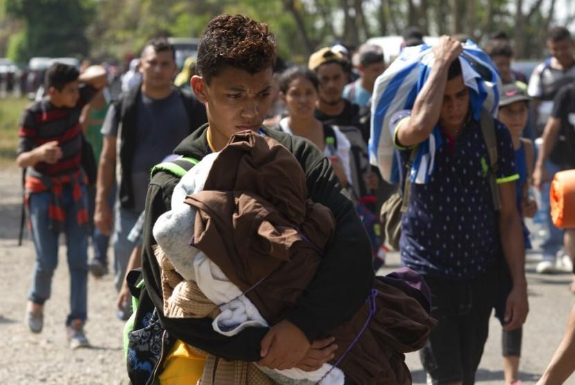 Migran dari Amerika Tengah, bagian dari karavan yang berharap mencapai perbatasan AS, bergerak di jalan di Tapachula, Negara Bagian Chiapas, Meksiko, 28 Maret 2019.