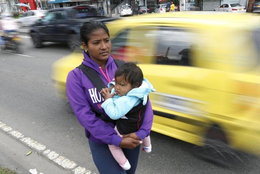 Migran Venezuela di Bogota, Kolombia, Jenifer Salas (27 tahun) menggendong bayinya, 4 April 2019.