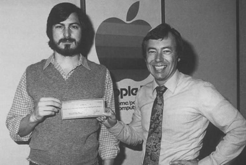 Mike Markkula (kanan) berfoto bersama Steve Jobs di awal-awal pendirian Apple