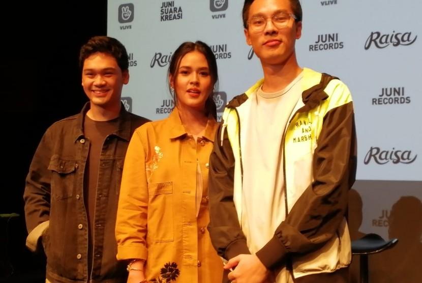 Mikha Angelo (kiri), Raisa, dan produser Marco Steffiano di acara peluncuran single Kembali.